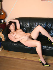 Beautyful curvy nude girl